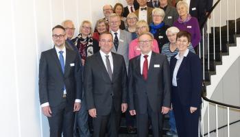Minister Boris Pistorius (2.v.l.) mit Heiner J. Willen (2.v.r.) und weiteren Mitgliedern der Niedersächsischen Härtefallkommission. Foto: Niedersächsisches Ministerium für Inneres und Sport