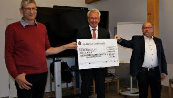 Sparkassen-Vorstand Uwe Hacke (Mitte) übergibt den Spendenscheck an die Caritas-Schuldnerberater Thomas Pohl (l.) und Michael Seifert (r.). | Foto: Stefanie Behnke / Bernward Medien