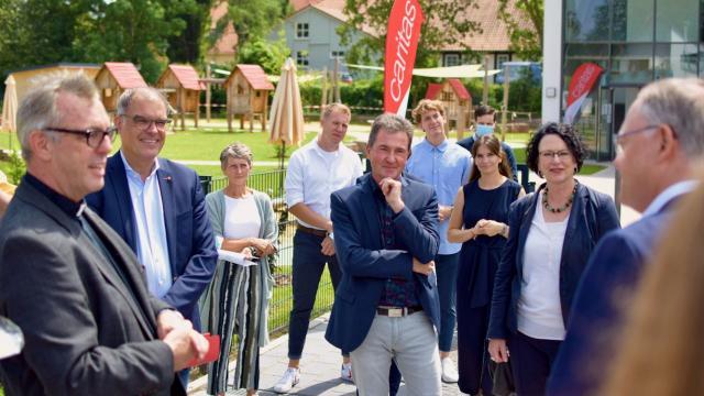 Dechant Wigbert Schwarze (l.) begrüßt Ministerpräsident Stephan Weil (SPD).