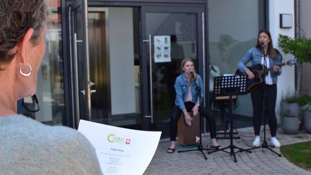 Campus-Song von und mit Sophia Schimanski (l.) und Jolina Zelt.