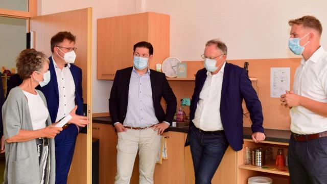 Dagmar Wüstefeld (l.) und Moritz Heller (r.) informieren Ministerpräsident Stephan Weil, Kreisrat Marcel Riethig (SPD) und Bürgermeister Thorsten Feike (v.r.).