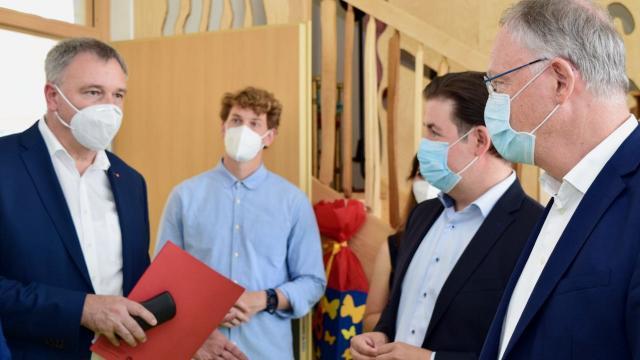 Caritas-Vorstandssprecher Ralf Regenhardt (l.) im Gespräch mit Kreisrat Riehtig und Ministerpräsident Weil.