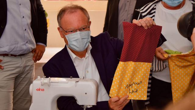 Das fertige Stück für die Patchworkdecke wurde vom Ministerpräsidenten signiert.