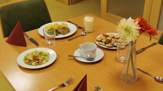 Zum LWH-Mittagstisch gehören immer ein Salat und ein Dessert, anschließend werden Kaffee und Kekse gereicht.   Foto: Gabler / Caritas
