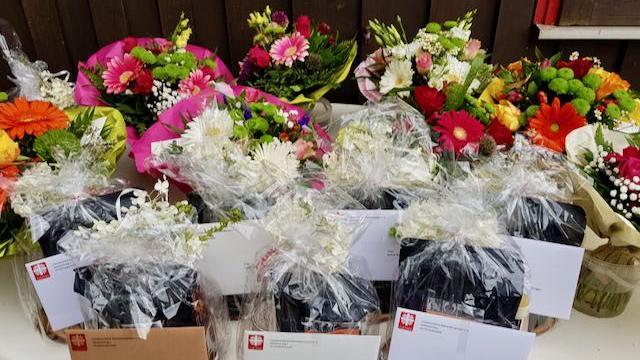 Kleine Geschenke und einen Blumenstrauß gab es für die fertig ausgebildeten und nun ehemaligen Azubis.