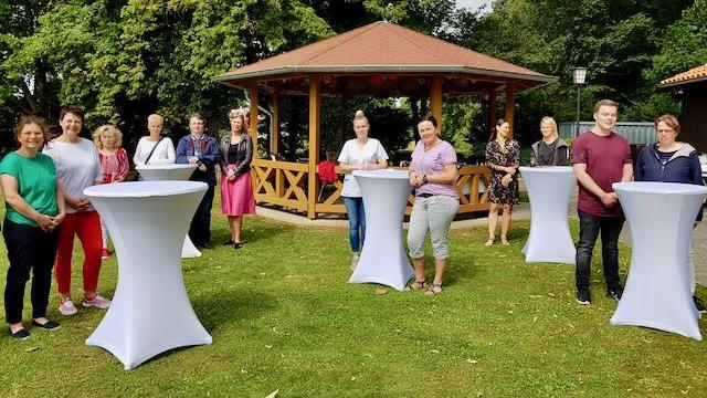 Im Garten des Caritas-Centrums Duderstadt wurden die frisch examinierten Pflegekräfte bei einer Feierstunde geehrt.