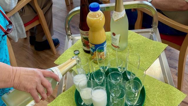 Der Festtag in der Tagespflege St. Vinzenz begann mit einem Sektfrühstück. | Foto: Caritas Südniedersachsen