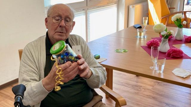 Wie viele Murmeln sind im Glas? Werner Schwiegershausen lag mit seiner Antwort richtig und gewann das Schätzspiel. | Foto: Caritas Südniedersachsen