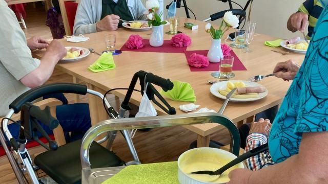 Zum Mittagessen am Jubiläumstag in der Tagespflege St. Vinzenz wurde Spargel gereicht. | Foto: Caritas Südniedersachsen