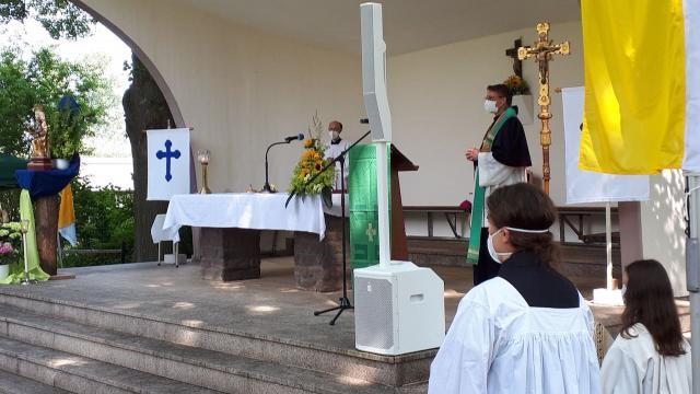 Der Freialtar auf der Wallfahrtswiese stand in unmmittelbarer Nähe zur Caritas-Pilgergruppe.   Foto: Caritas Südniedersachsen